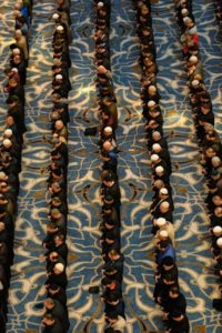 Çamlıca Camii ve namaz kılanlar( Nazım Siyavuşoğlu )